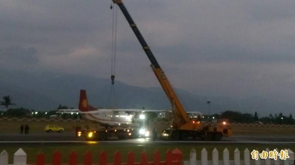 德安航空多尼爾班機受損,由吊車吊離現場。(記者王秀亭攝)