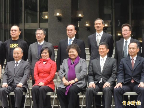 高雄市長陳菊上午與各局處首長拍畢業照,隨後宣佈新人事。(記者王榮祥攝)