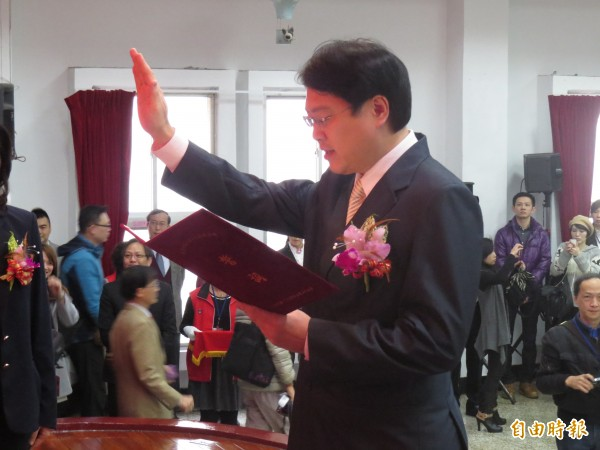 基隆市第17屆市長就職典禮25日早上登場,林右昌宣誓就任新職。(記者俞肇福攝)