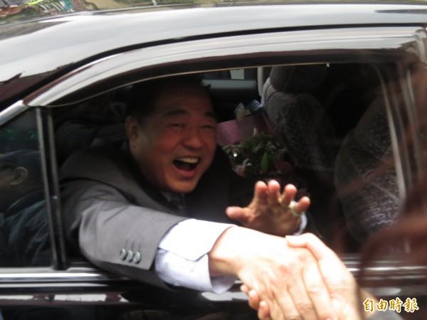 張通榮卸任基隆市長,坐上家人的車子,跟基隆市府說掰掰。(記者俞肇福攝)