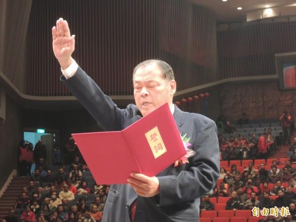 新任澎湖縣長陳光復宣誓上任,象徵澎湖藍天變綠地。(記者劉禹慶攝)