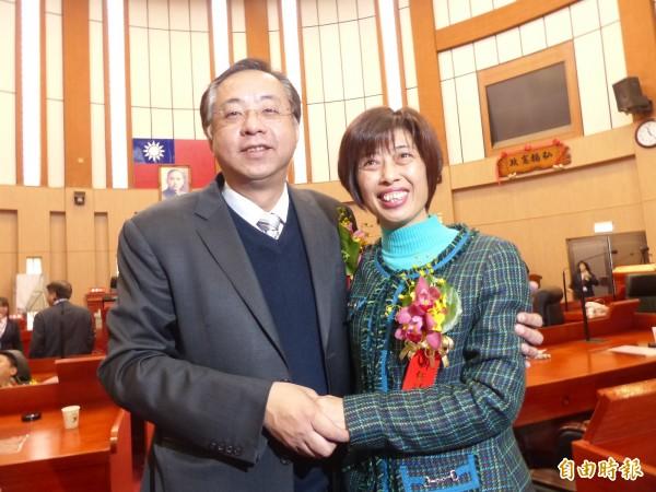 金門縣議會新任議長洪麗萍(右)、副議長謝東龍(左)。(記者吳正庭攝)