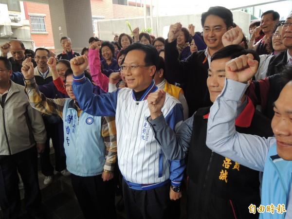 彰縣立委補選,國民黨徵召的前縣長卓伯源(中)今天下午完成登記。(記者吳為恭攝)