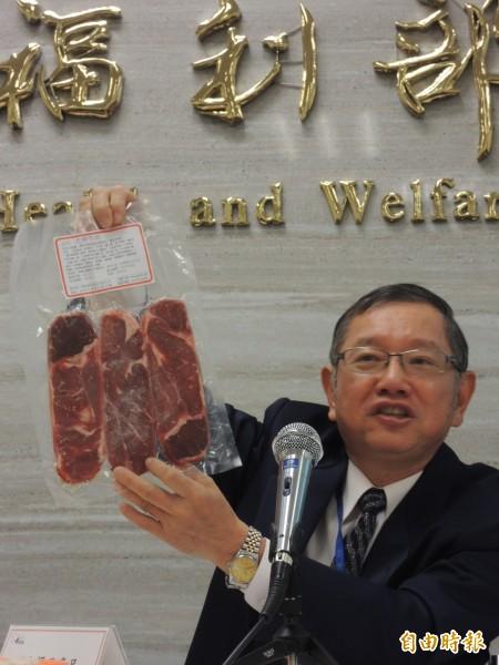 食藥署食品組組長潘志寬說明重組肉經重塑裁切,外觀較一致。(記者謝文華攝)