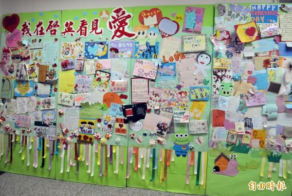 啟英高中董事長辦公室有一面貼滿清寒學子感謝卡的愛心牆。(記者李容萍攝)