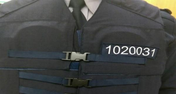 警政署新式防護衣今後在左胸和後背部都列有員警編號。(記者劉慶侯翻攝)