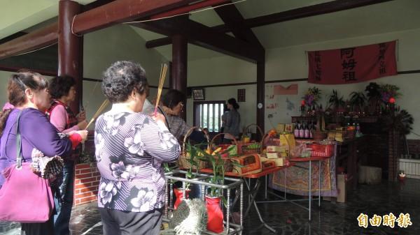 一年一度加蚋埔平埔夜祭活動,屏縣高樹鄉泰山村民到公廨祭拜。(記者羅欣貞攝)