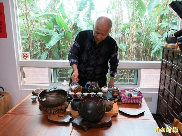 林鴻恩表示,其酸柑茶經「九蒸九煮」工法製作,可重複多次沖泡不改其味。(記者鄭鴻達攝)