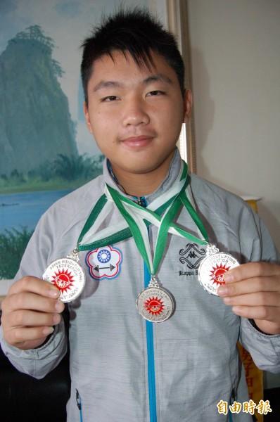 新榮中學羅銘嘉在亞洲青少年舉重錦標賽,勇奪77公斤級的抓舉、挻舉、總合計3面銀牌。(記者楊金城攝)