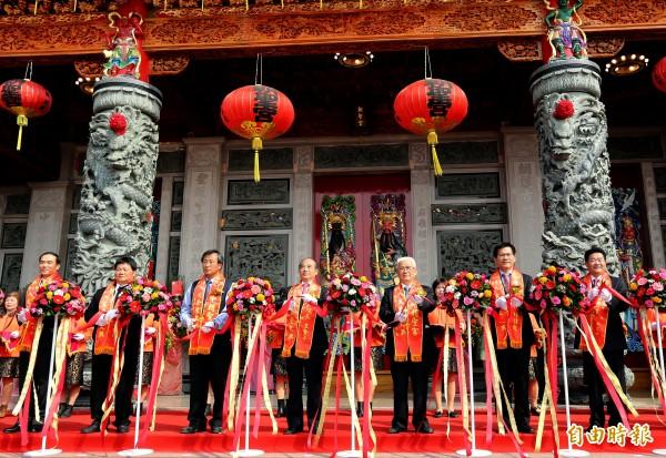 立法院長王金平(左四)、台中市長林佳龍(右二)為朝聖宮入火安座剪綵。(記者張菁雅攝)