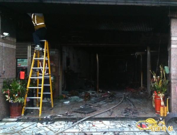 越式推拿店疑遭人丟擲鞭炮、不慎引火燃燒,現場凌亂。(記者林孟婷攝)