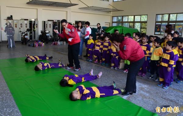 消防隊教導小朋友如何運用停、躺、滾等方式,自撲身上的火勢。(記者吳俊鋒攝)