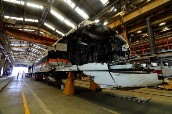 受損編組TED1010拖回台北機務段時幾乎成廢鐵。(圖由台鐵提供)