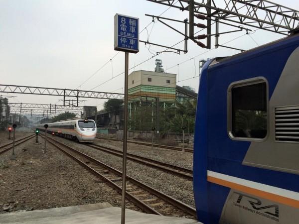 鐵道迷也在事故現場捕捉同樣編號的太魯閣號(另一列編組),以紀念這次事件。(圖擷取自臉書「台鐵路透社」)