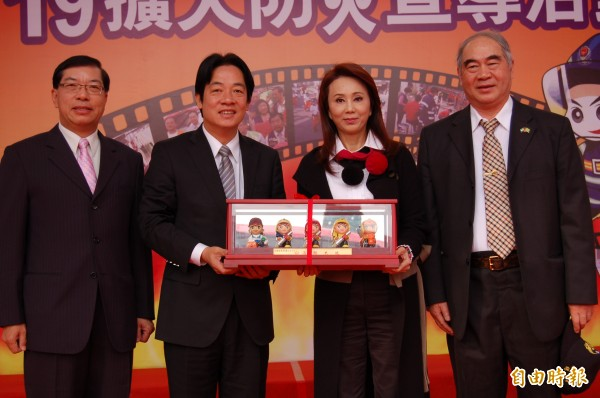 明華園孫翠鳳(右二)擔任台南市消防大使,市長賴清德(左二)、消防局長李明峯(左)、義消總隊長呂榮利(右)頒贈消防公仔表達感謝。(記者楊金城攝)