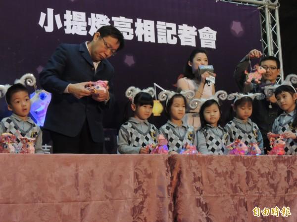 台北市長柯文哲今參加台北燈節小提燈亮相記者會,好奇把玩提燈。(記者葉冠妤攝)