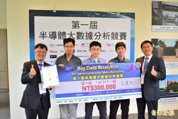 「第一屆半導體大數據分析競賽」今舉行頒獎,台積電營運/12吋廠副總經理王建光(右)特地出席頒發給第1名的台大的「萬用密碼隊」。(台積電提供)