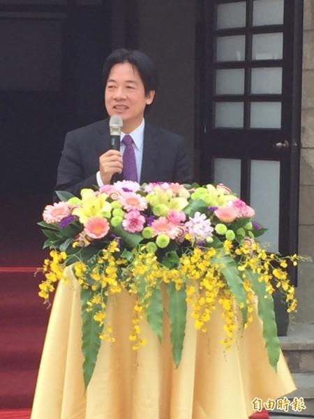 南市長賴清德參加新化老街年貨大街宣傳活動時,盼司法查明,還給台南尊嚴公道。(記者吳俊鋒攝)