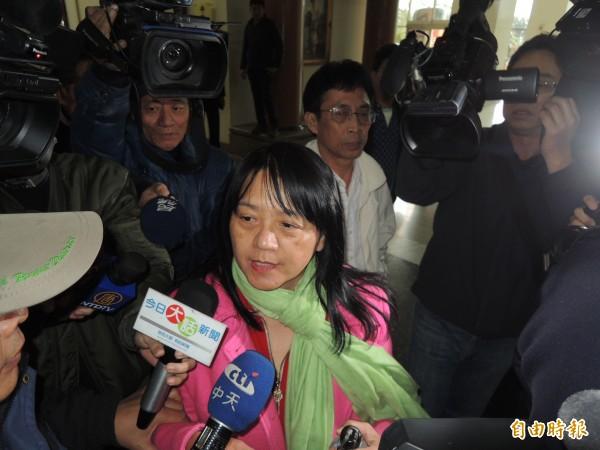 獲交保50萬元的南市議員曾王雅雲(中)強調自己未收錢、是清白的!(記者王俊忠、黃欣柏攝)