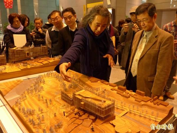 建築師姚仁喜(右二)為新北市副市長高宗正(右一)介紹其獲首獎的作品。(記者李雅雯攝)