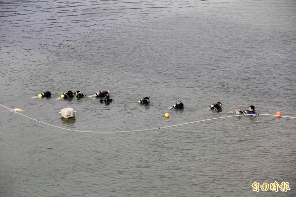 潛水人員持續於南湖大橋下搜尋。(記者謝君臨攝)