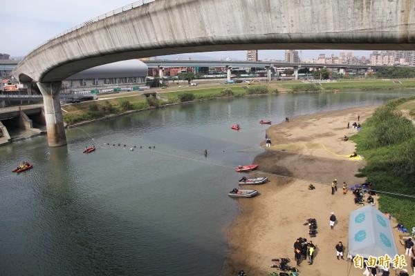 南湖大橋下河域為重點搜尋地點。(記者謝君臨攝)