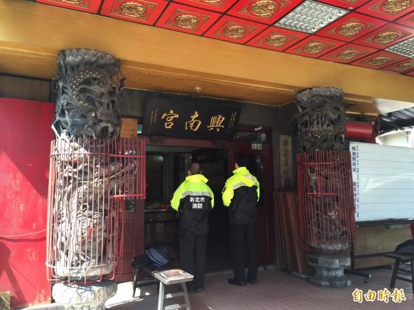 新北市消防局第六大隊隊員今日中午前往台北市南港區興南宮還願。(記者吳昇儒攝)