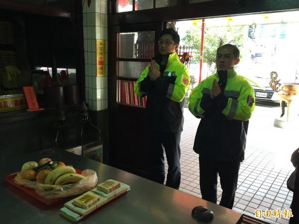 新北市消防局第六大隊橫科分隊主管洪弘軒(左)帶著隊員前往台北市南港區興南宮還願。(記者吳昇儒攝)
