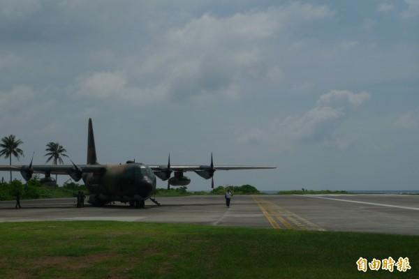 南沙太平島跑道整建工程,將提前到2月底完工,屆時可恢復C130運輸機的空運運補。 圖為強化前的太平島跑道。(記者羅添斌攝)