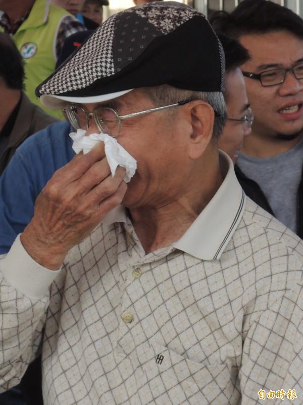 228受難者之一王濟寧的胞弟年年都來,說到傷心處仍不禁涕泗縱橫。(記者廖淑玲攝)