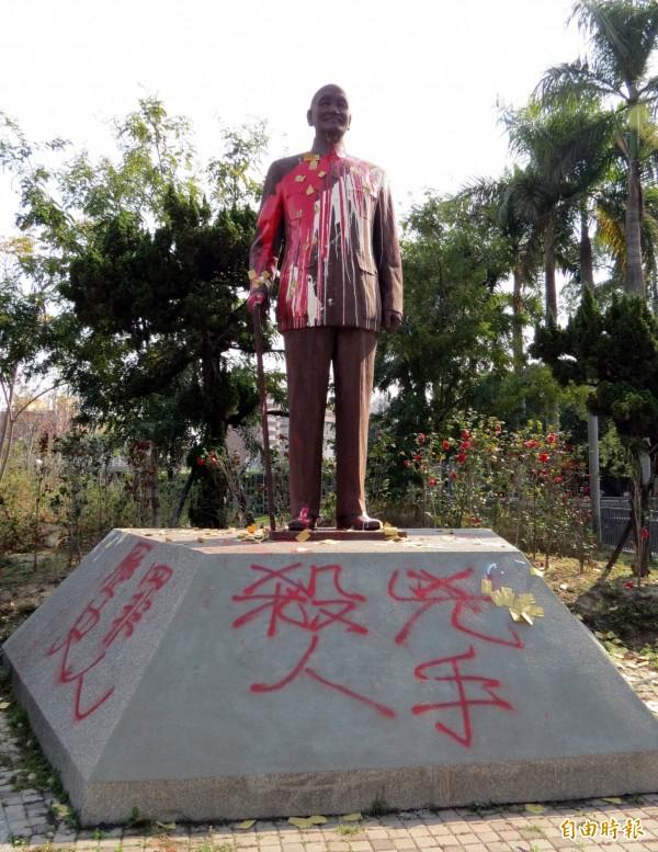 台中市北區中正公園蔣介石銅像接連2天被噴漆。(記者張菁雅攝)