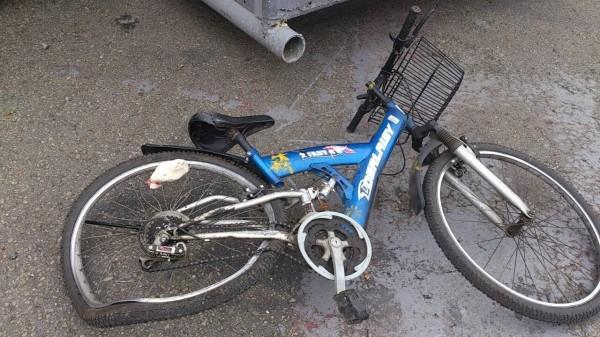新竹縣竹東鎮的中油探勘處傳出堆高機操作不慎碰撞腳踏車意外,腳踏車後輪嚴重變形,騎車的陳姓男子送醫不治。(圖由警方提供)