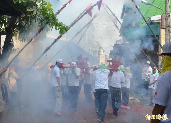 歡慶元宵,屏東市林仔內三山國王廟攑老爺放竹竿炮活動,相當的熱鬧。(記者葉永騫攝)