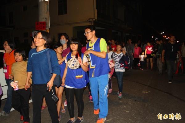 美濃廣興國小學童帶著自製燈籠,跟隨繞境隊伍。(記者陳祐誠攝)