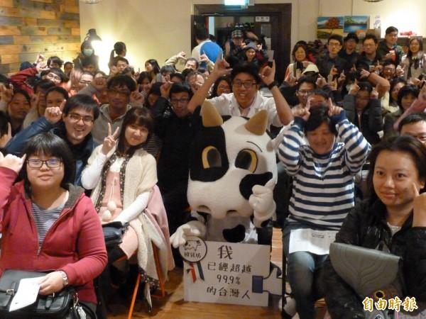 專門負責醫治乳牛的大動物獸醫師龔建嘉昨天舉辦生乳試飲會,讓民眾體驗直接從乳牛身上擠下來,未經滅菌、加工過的生乳味道。(記者甘芝萁攝)