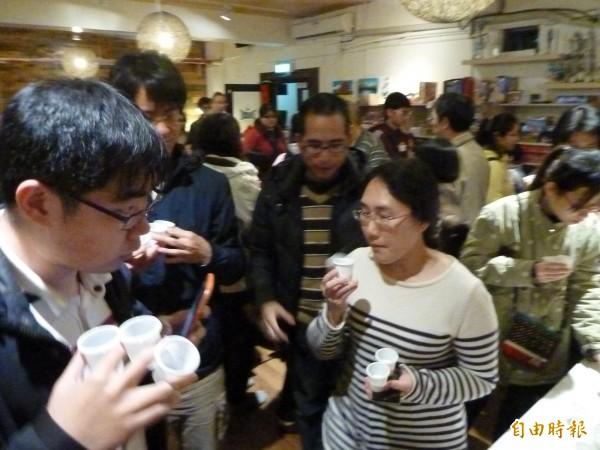 生乳試飲會昨天在台北舉辦,會場湧入上百名關心牛奶的民眾到場參與。(記者甘芝萁攝)