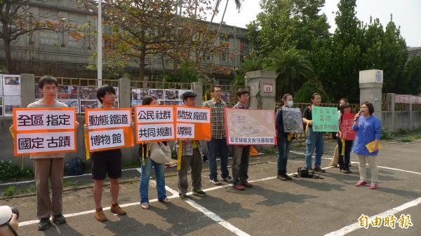 台北機廠文史守護聯盟今天早上十點半,搶先號召關心北廠的民眾,到市民大道正門口表達訴求。(記者游蓓茹攝)