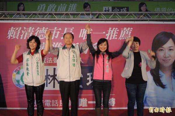 林宜瑾(右2)投入立委黨內初選,議會同事陸美祈、王錦德、蔡蘇秋金(由右至左)到場站台。(記者劉婉君攝)