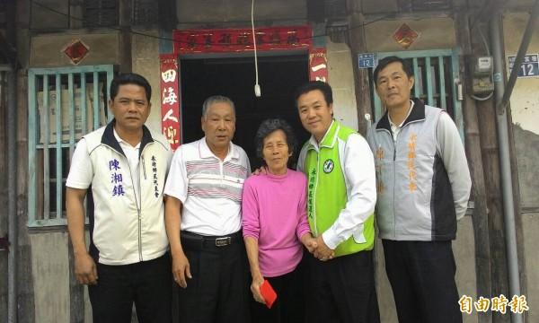 民進黨永靖鄉長候選人賴玟諺(右2)等人探視獨居老人並致贈慰問金。(記者湯世名攝)