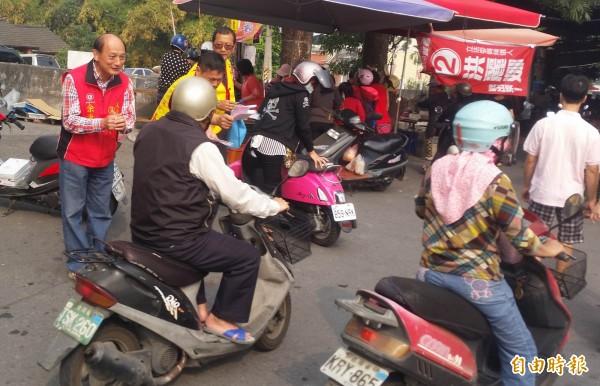 國民黨永靖鄉長候選人余秉峰(左1)在菜市場向鄉民請託支持。(記者湯世名攝)
