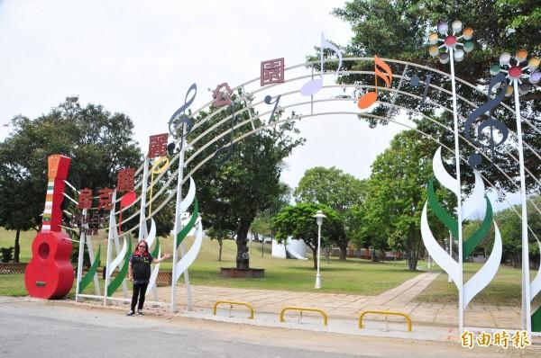 里長曾碧蓮(見圖)說,學校有8棵老樹計畫移植到學校附近的「北濱烏克麗麗公園」。(記者花孟璟攝)