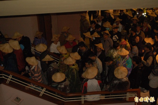 宜蘭縣政府從嚴審查農舍興建標準,400名農民及仲介業者,今天到縣議會陳情。(記者江志雄攝)