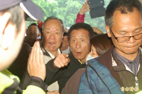抗議群眾欲進入縣府大廳不得其門而入,與警方爆發激烈衝突。(記者江志雄攝)