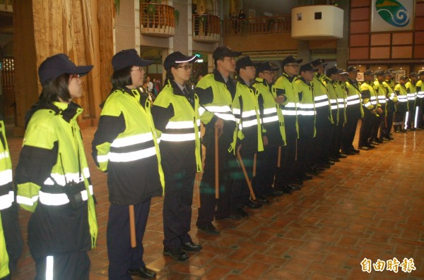 大批警力駐守宜蘭縣政府,如臨大敵。(記者江志雄攝)