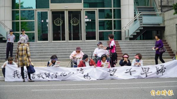 十多名民眾齊聚南檢外表達無聲抗議。(記者黃欣柏攝)