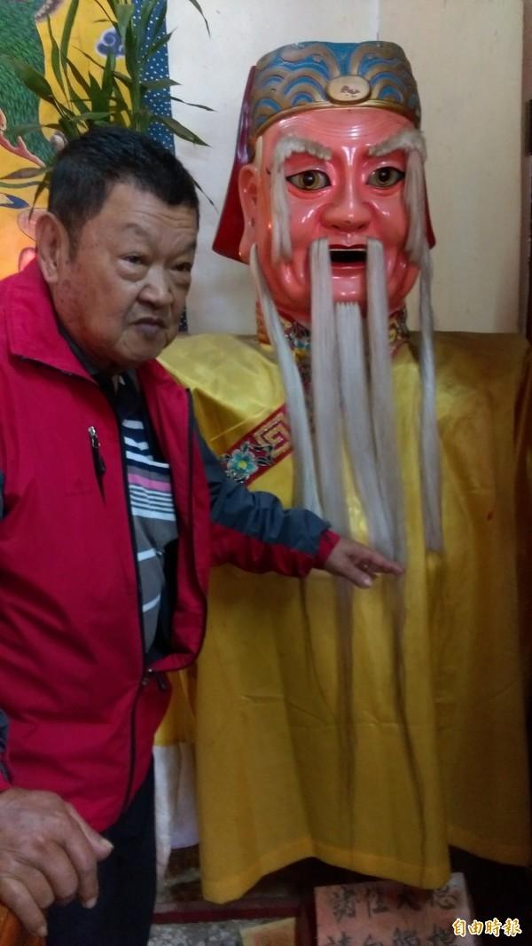 鹿野崑慈堂廟公錢樹梨說,土地公原本的鬍鬚長度只到胸前,6年來增長了65公分。(記者王秀亭攝)