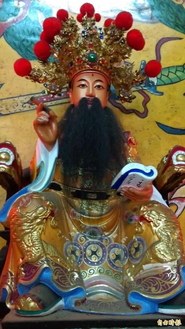 鹿野崑慈堂內的文昌帝君鬍子也增長,原本鬍鬚只到腰際,兩年來部分鬍鬚繼續往下生長。(記者王秀亭攝)