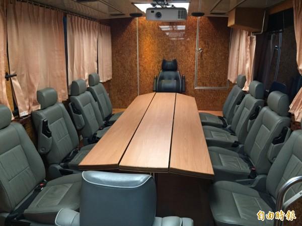 北市消防局救災指揮車內有簡單的會議室。(記者姚岳宏攝)