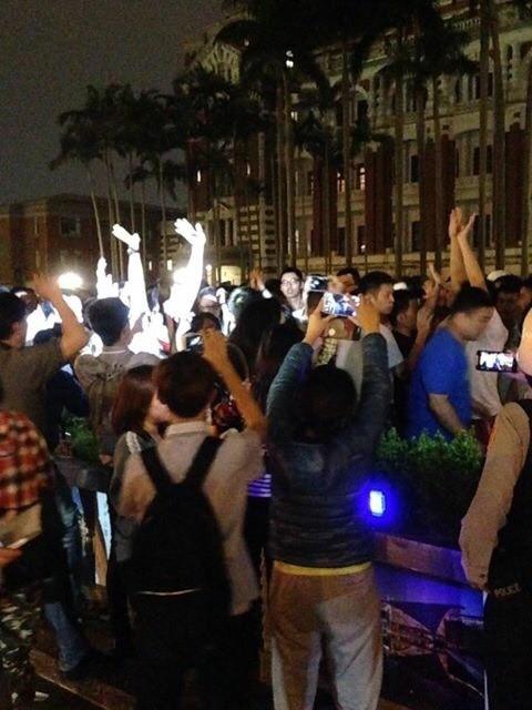 約有30多名學生衝到總統府前靜坐抗議政府黑箱處理亞投行問題。(圖由讀者提供)