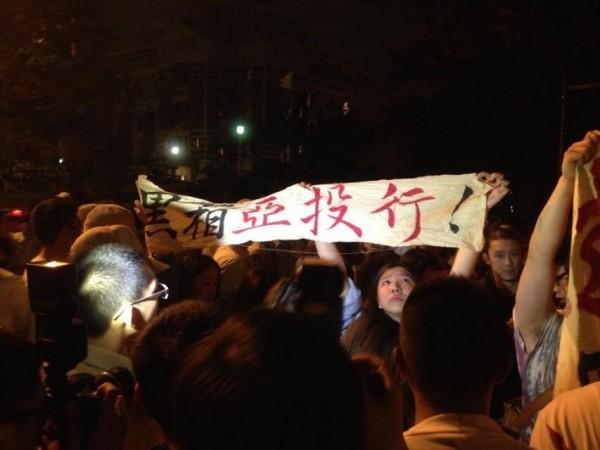 約有30多名學生衝到總統府前靜坐抗議。(圖由讀者提供)